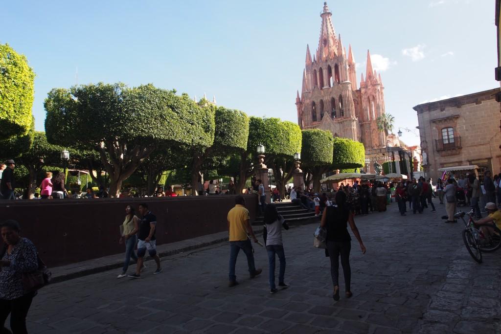 Jardin Allende samt Kirche