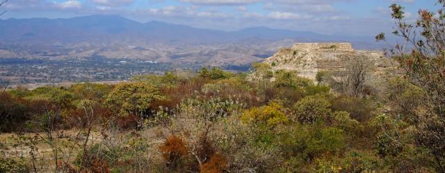 Das karge Inland von Oaxaca und - huch, eine Pyramide